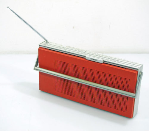 Bang & Olufssen Beolit 600 Radio - Jacob Jensen design. Bang & Olufssen Beolit 600 FM/MW/LW radio. Design from 1971. Trebble-Bass control & aerial. Made from plastic and brushed aluminium. In working condition. Has signs of use. Jacob Jensen (29 April 1926 – 15 May 2015) was a Danish industrial designer best known for his work with Bang & Olufsen. Jensen designed numerous popular high-end consumer products, developing a functional minimalism style that formed a prominent part of the Danish modern movement. Dimensions: 35 x 17 x 5,5 cm.